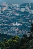 Cielo nublado, paisaje urbano y montaña de la oscuridad con el verde que vio de la colina de Penang en George Town Penang, Malasi Imagenes de archivo