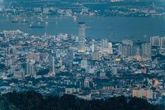 Cielo nublado, paisaje urbano y montaña de la oscuridad con el verde que vio de la colina de Penang en George Town Penang, Malasi Foto de archivo libre de regalías