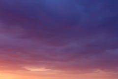 Cielo nublado pintoresco de la puesta del sol Foto de archivo
