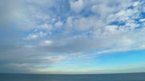 Cielo nublado sobre el mar almacen de video