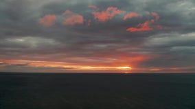 Cielo nublado sobre el mar durante puesta del sol almacen de video