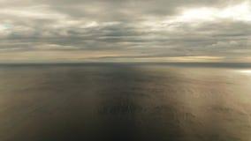 Cielo nublado sobre el mar durante puesta del sol almacen de metraje de vídeo