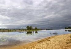 Cielo nublado sobre el río Kotorosl yaroslavl Rusia Fotos de archivo