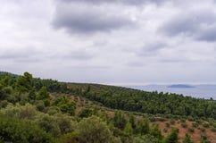 Cielo nublado sobre las colinas y mar en Sithonia, Chalkidiki, Grecia Imagen de archivo