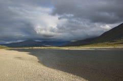 Cielo nublado sobre las montañas de Ural y el río de la montaña Imagen de archivo libre de regalías