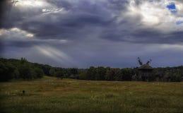 Cielo nublado sobre los molinoes de viento en el campo Imagen de archivo libre de regalías