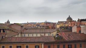 Cielo nublado sobre los tejados de casas en Roma almacen de metraje de vídeo
