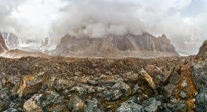 Cielo nublado sobre rocas Imagen de archivo