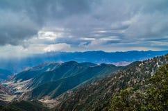 Cielo nublado y montañas Imagen de archivo