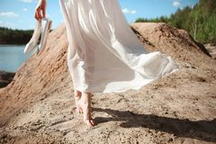 Cielo nudo della sabbia del vento di bianco di vestito dalla ragazza fotografie stock