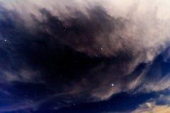 Cielo nuvoloso alla notte immagine stock