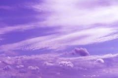 Cielo nuvoloso blu atmosferico dietro le siluette delle costruzioni della città Fondo porpora ed arancio di alba con le nuvole de immagine stock libera da diritti