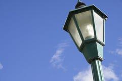 Cielo nuvoloso blu della posta della lampada Immagini Stock