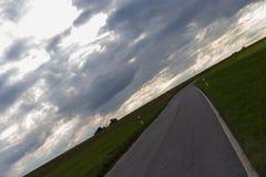 cielo nuvoloso con la strada e l'orizzonte 45 gradi torto Fotografia Stock