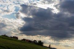 cielo nuvoloso con la strada e l'orizzonte 45 gradi torto Immagini Stock Libere da Diritti