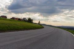 cielo nuvoloso con la strada e l'orizzonte 45 gradi torto Fotografie Stock