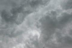 Cielo nuvoloso con le nuvole scure prima di piovoso Immagini Stock