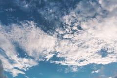 Cielo nuvoloso con luce solare Fotografie Stock Libere da Diritti