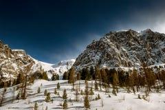 Cielo nuvoloso delle rocce delle montagne di Snowy Immagine Stock