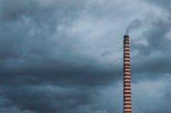 Cielo nuvoloso di fumo del fumaiolo Immagine Stock Libera da Diritti