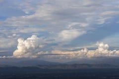 Cielo nuvoloso di tramonto di sera Immagini Stock