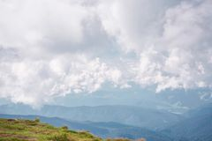 Cielo nuvoloso drammatico sopra la gamma di montagne, belle nuvole Timelapse della campagna I cumuli digiunano Timelapse con archivi video