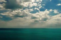 Cielo nuvoloso e mare Immagini Stock