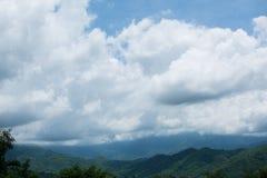 Cielo nuvoloso e montagna Immagine Stock Libera da Diritti