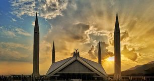 Cielo nuvoloso e tramonto a Faisal Mosque Islamabad Pakistan Immagini Stock Libere da Diritti