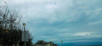 Cielo nuvoloso ed i precedenti la vecchia fortezza di Corfù Fotografia Stock