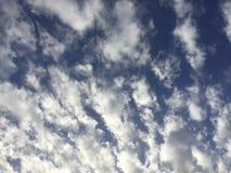 Cielo nuvoloso leggero blu soleggiato Immagini Stock Libere da Diritti