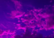 Cielo nuvoloso nei colori luminosi blu porpora Fotografia Stock Libera da Diritti