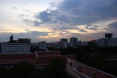 Cielo nuvoloso nella grande città con molta alta costruzione moderna Fotografia Stock
