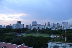 Cielo nuvoloso nella grande città con molta alta costruzione moderna Fotografia Stock Libera da Diritti