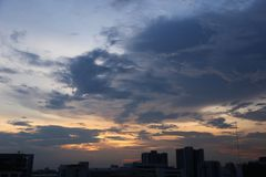Cielo nuvoloso nella grande città con molta alta costruzione moderna Immagine Stock