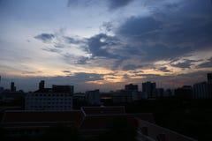 Cielo nuvoloso nella grande città con molta alta costruzione moderna immagini stock