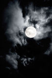 Cielo nuvoloso scuro con la luna piena Fotografia Stock Libera da Diritti