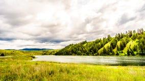 Cielo nuvoloso sopra il lago Trapp lungo la strada principale 5A fra Kamloops e Merritt Fotografia Stock