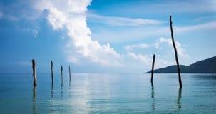 Cielo nuvoloso sopra il mare ad alba Immagini Stock