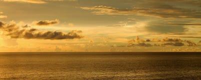 Cielo nuvoloso sopra l'oceano Immagine Stock