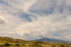 Cielo nuvoloso sopra una montagna Fotografie Stock Libere da Diritti