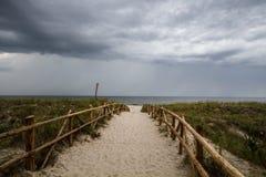 Cielo nuvoloso sulla spiaggia Immagine Stock