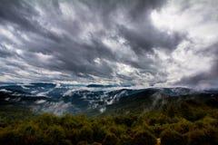 Cielo nuvoloso tempestoso delle montagne Immagine Stock