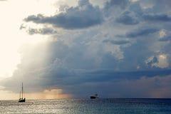 Cielo oscuro antes de la lluvia, naves en el mar Nube imágenes de archivo libres de regalías