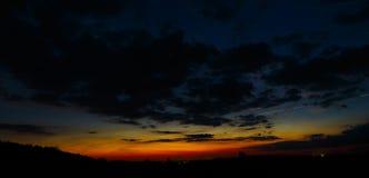 Cielo oscuro con amanecer de las nubes Fotos de archivo libres de regalías