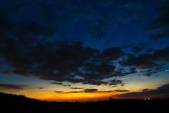 Cielo oscuro con amanecer de las nubes Imagenes de archivo