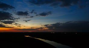 Cielo oscuro con amanecer de las nubes Foto de archivo