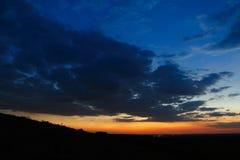 Cielo oscuro con amanecer de las nubes Imagen de archivo libre de regalías