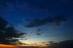 Cielo oscuro con amanecer de las nubes Fotografía de archivo libre de regalías