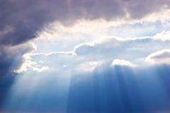 Cielo oscuro con el sol Fotos de archivo libres de regalías